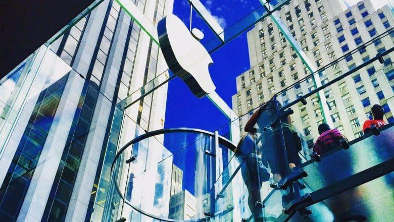 Juez federal falla a favor de Apple