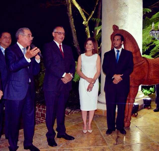 Empresarios Santiago recaudan fondos campaña Danilo