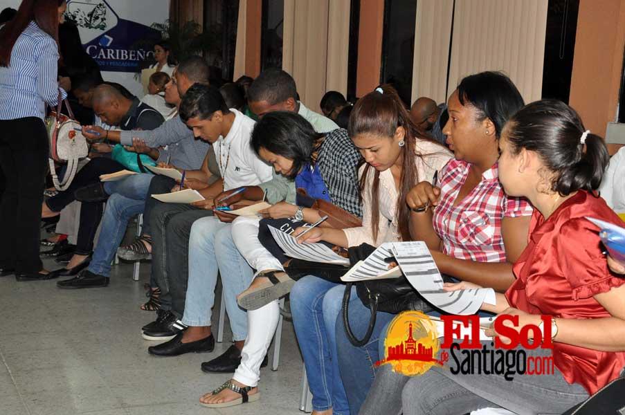 Jóvenes abarrotan feria empleos UAPA