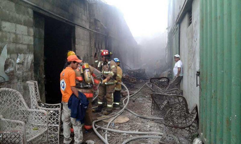Fuego destruye mueblería en La Vega