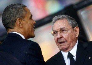 """Los presidentes Barack Obama y Raúl Castro se encontrarán este lunes en el Palacio de la Revolución de La Habana en el arranque de los actos oficiales de la visita de dos días. Para Obama no hay mejor lugar que La Habana para mostrar que el acercamiento puede hacer más que el aislamiento para lograr cambios tangibles en la isla comunista. Por el momento han sido pocos los cambios que ha podido ver Obama. Las vallas publicitarias que hace solo meses denunciaban el imperialismo ahora denuncias la violencia contra las mujeres o la pereza. Las calles y algunos de los vetustos edificios de La Habana han sido pintados y en cuatro día se presentan los Rolling Stones, algo impensado cuando hace unos años la música occidental era prohibida. Pero la represión de las protestas y las violaciones a los derechos humanos en la isla, como lo vivieron el domingo las Damas de Blanco, continúan siendo parte de la vida diaria de los cubanos. Su llegada El presidente Obama llegó el domingo a La Habana poco antes de las 5:00 de la tarde, en el comienzo de un histórico viaje donde busca llevar a un punto de no retorno el acercamiento con Cuba. Obama, la primera dama, Michelle Obama, sus dos hijas y su suegra bajaron del Air Force One bajo cielos nubosos y una lluvia ligera. Fueron recibidos por funcionarios cubanos de alto nivel incluyendo el ministro de Relaciones Exteriores, Bruno Rodríguez y la jefa de la sección de EE.UU. de ese ministerio, Josefina Vidal, así como por el encargado de negocios de la embajada estadounidense en Cuba, Jeffrey DeLaurentis. Obama saludó a la multitud y luego abordó una limusina en la que partió hacia una reunión con el personal de embajada estadounidense en La Habana y sus familias en el Hotel Meliá Habana. """"Esta es una histórica visita, y una oportunidad histórica para conocer al pueblo cubano"""", les dijo. La Casa Blanca dijo que la visita de tres días de Obama —la primera de un presidente en funciones desde que el 30º presidente de EE.UU., Calvin Coolidge"""