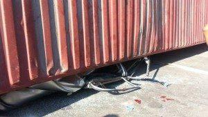 Mujer muere aplastada por furgón