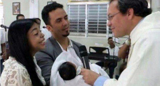 Fiscal y su esposo presentan hija en Iglesia Católica