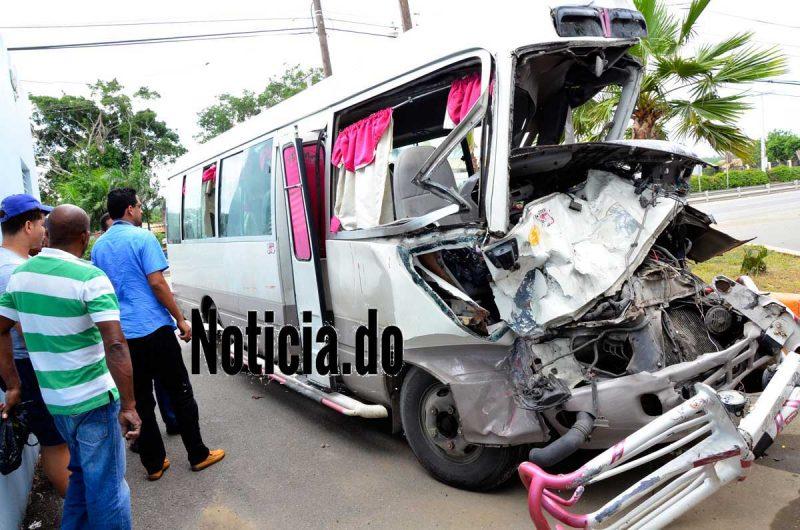 Video: Choque entre autobús y camión deja 30 heridos