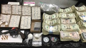 Ocupan dominicana y dos hombres 2 mil bolsitas heroína
