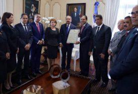Danilo Medina recibe certificación lo ratifica presidente electo