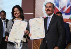 Danilo Medina y Margarita reciben certificados JCE