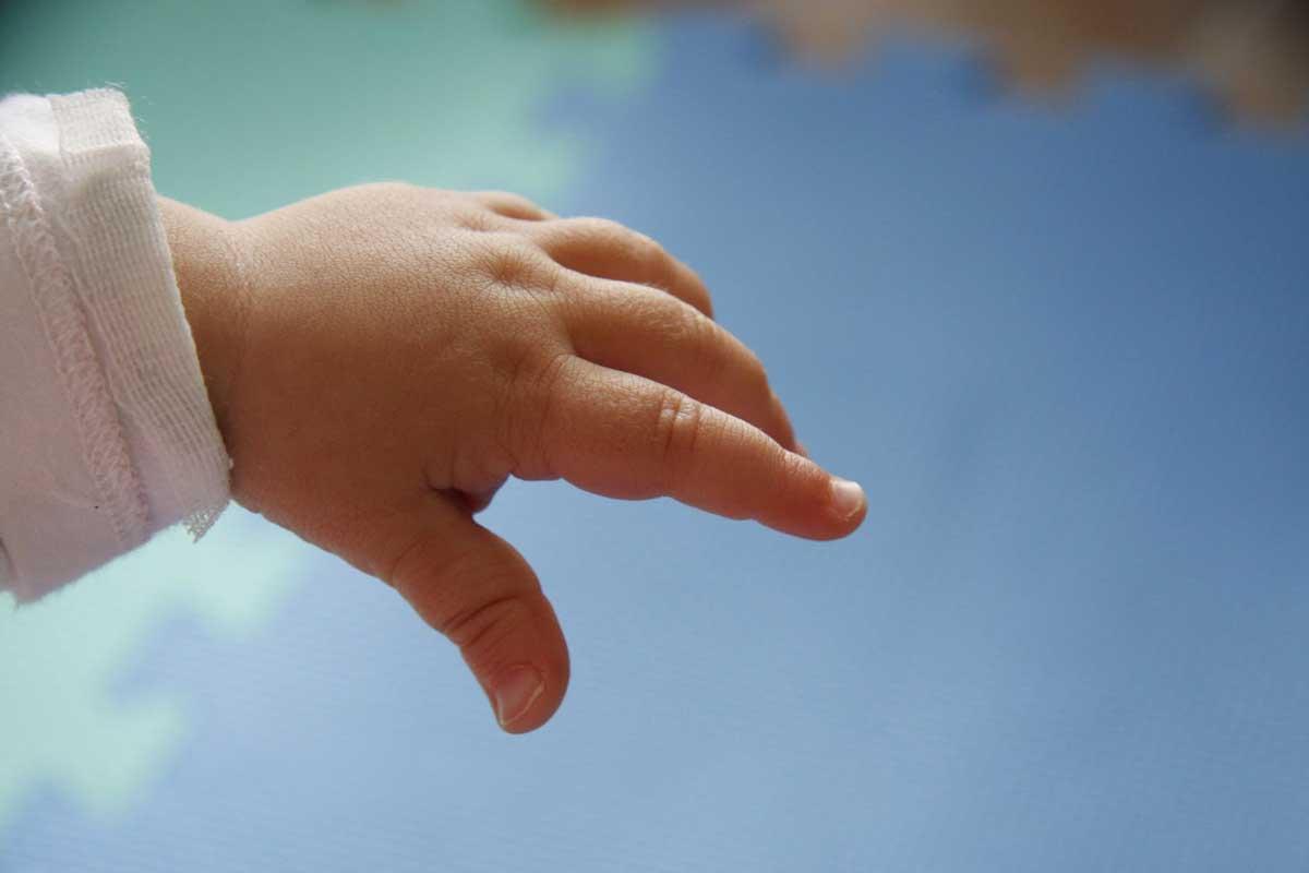 Mujer quemó manos de hijo de 1 año y 8 meses