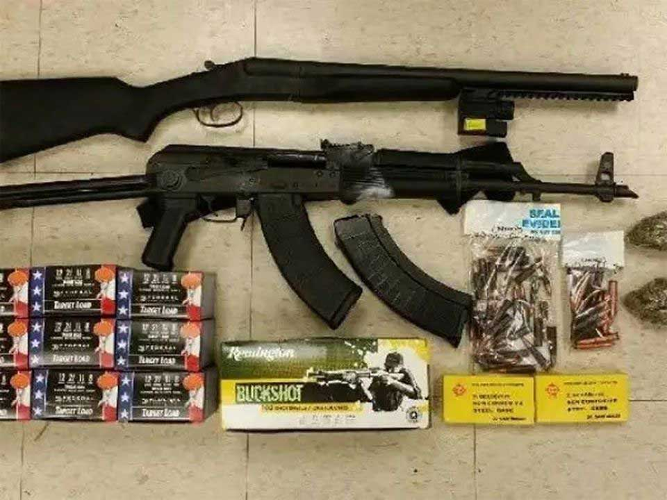 Atrapan dominicano con rifle AK47, escopeta y marihuana