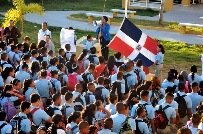 Educación llama a clases a 2.8 millones de estudiantes este lunes