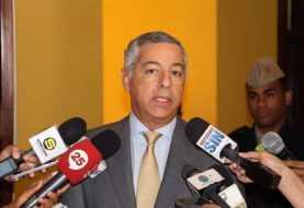 Ministro Hacienda anuncia incremento sueldos guardias y policías