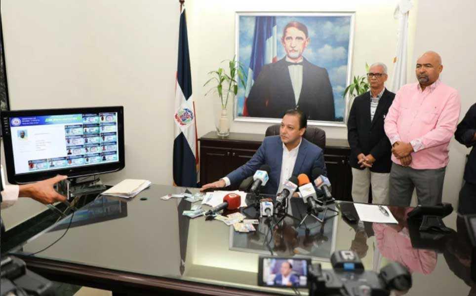 Abel Martínez denuncia expedición de cédulas y carnets de naturalización falsos