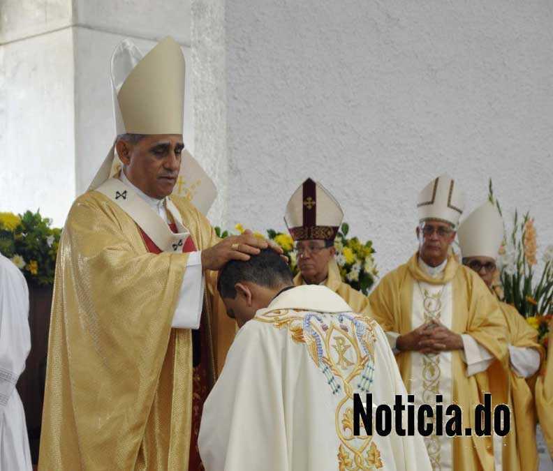 Arzobispo Santiago encabeza ordenación episcopal del padre Tomás