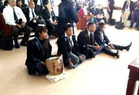 Abogados se sientan en piso tribunal de Santiago