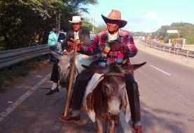 Campesinos van hacia el Palacio Nacional en dos burros