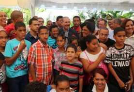 Danilo Medina promete ayuda a productores Los Limones en Villa Tapia