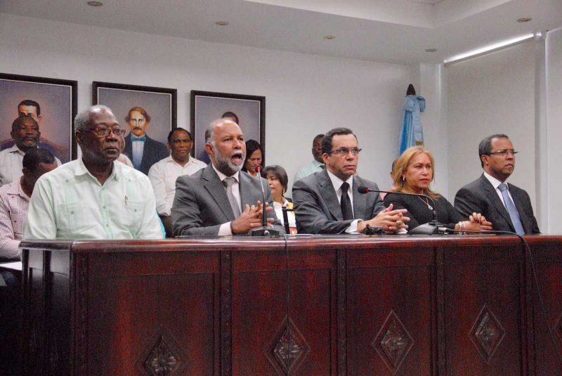 Educación y ADP firman acuerdo para mejorar condiciones magisterio