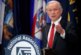 Demócratas piden renuncia de Sessions, republicanos que se recuse
