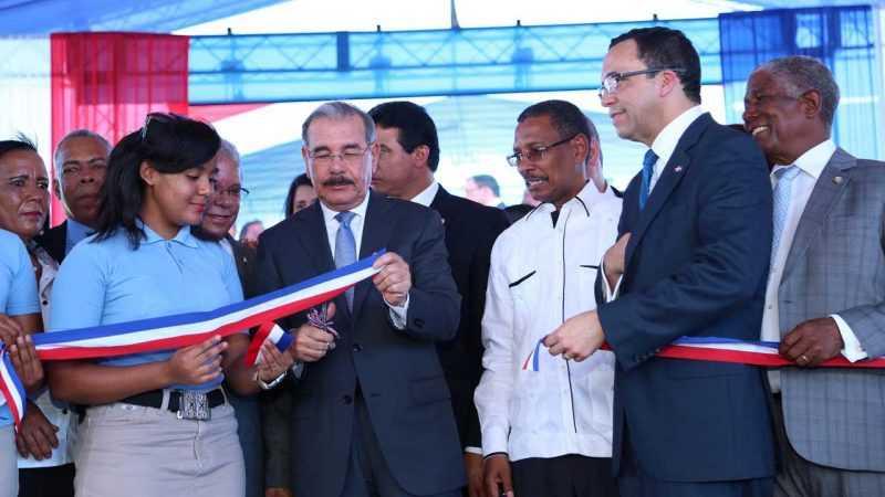 Danilo Medina entrega dos escuelas en Barahona y Bahoruco