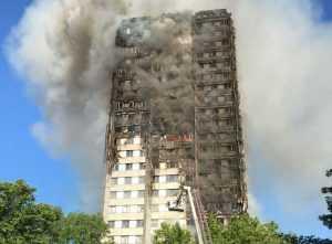 -Al menos doce personas murieron en un incendio que devoró una torre de apartamentos de 24 pisos en el oeste de Londres poco antes de la 1 de la madrugada (hora local)