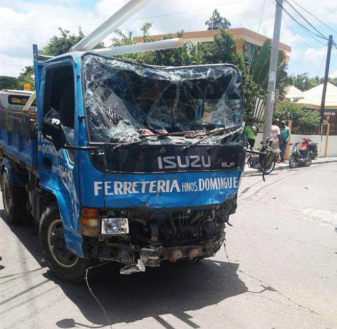 Villa González: Dos muertos accidente camión y motocicletas
