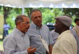 Danilo Medina se reúne con ganaderos de la Victoria