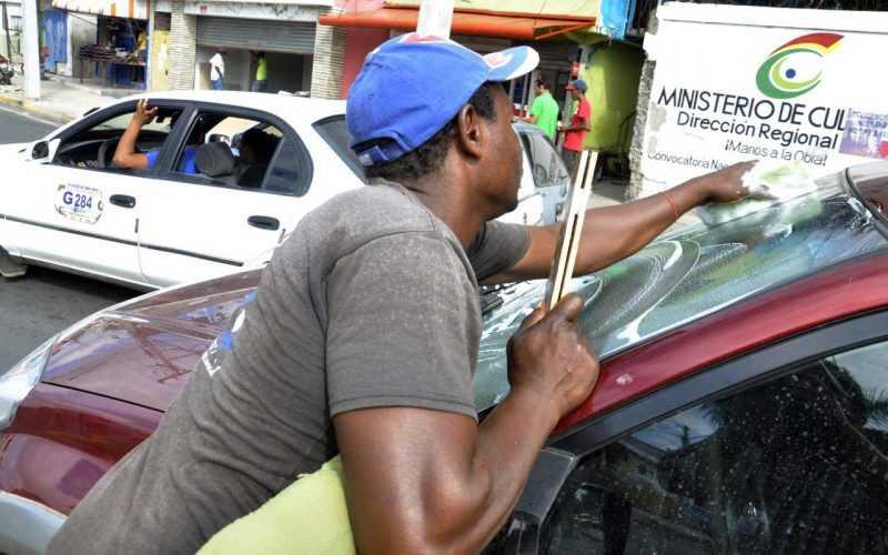Santiagueros aprueban saquen de las calles a limpiavidrios