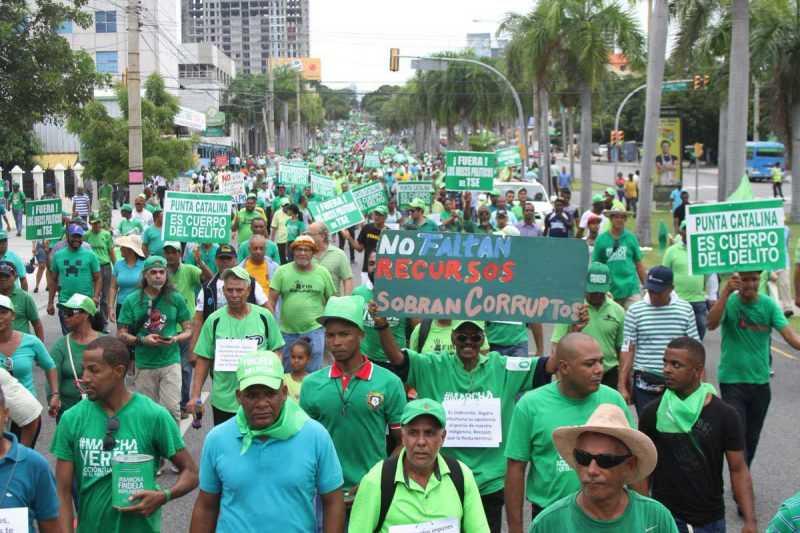 Miles de dominicanos participan en La Marcha Verde