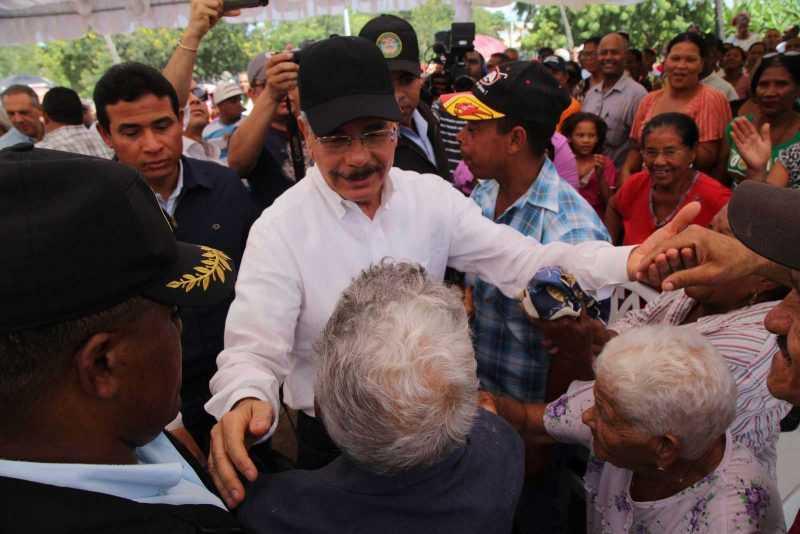 Danilo se reune con parceleros y productores de Cristóbal