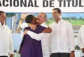 Danilo entrega títulos a 481 familias de San Juan y Elías Piña