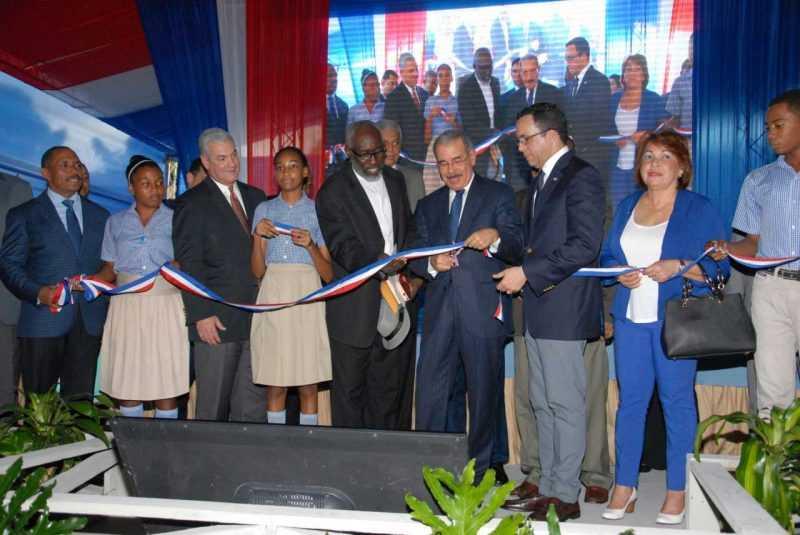 Danilo Medina entrega dos escuelas y un liceo en San Cristóbal