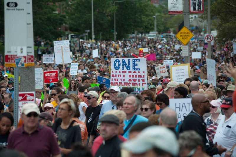 Miles de personas marchan contra el racismo en Boston