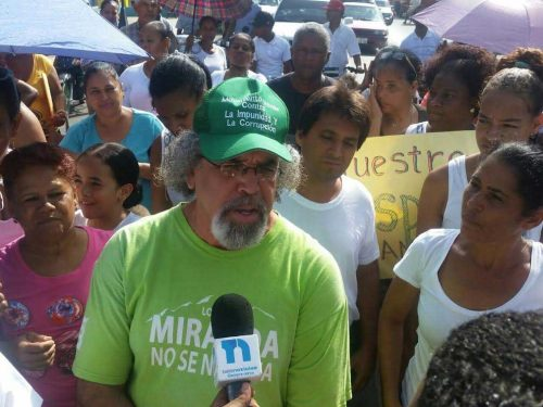 El padre Rogelio Cruz recoge pertenencias en iglesia La Vega