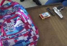 Atrapan adolescente de 13 años con pistola en su mochila