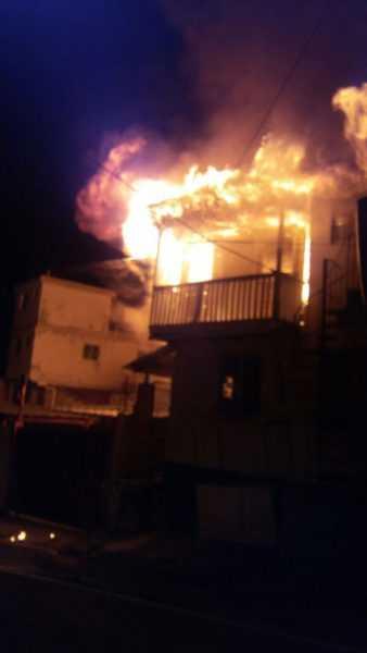 Fuego destruye dos viviendas en Santiago la noche del sábado