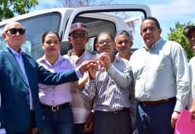 Gobierno entrega camión y autobús a productores y estudiantes Palmar de Ocoa