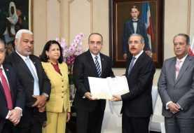 Danilo Medina se reúne con comisión estudia leyes Partidos Políticos