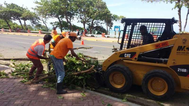 Obras Públicas despeja vías en Puerto Plata