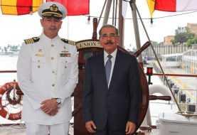 Danilo Medina visita el buque de la Armada Peruana