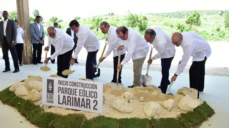 Danilo Medina da primer palazo parque eólico Larimar 2 en Barahona