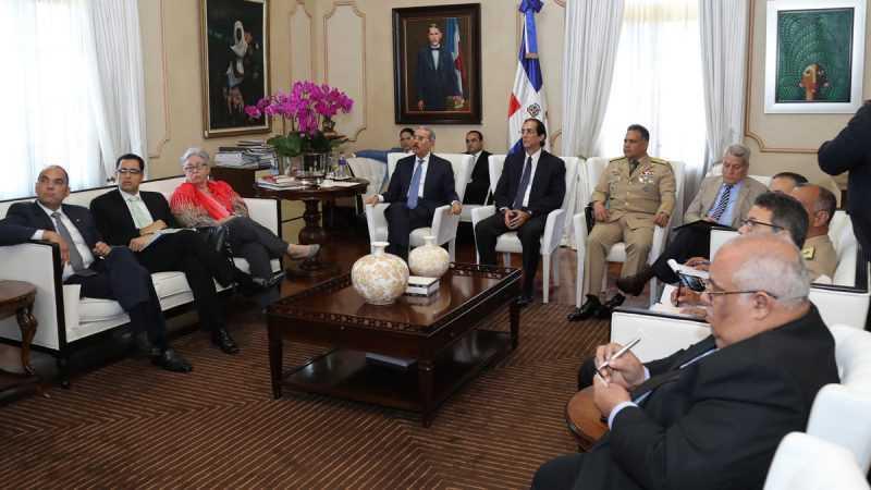 Danilo se reúne con miembros Mesa Presidencial contra el Contrabando