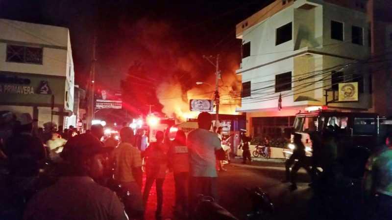 Controlan fuego destruyó tres negocios en Santiago