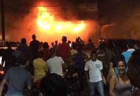 SFM: Bombero muere durante fuego en tienda de repuesto