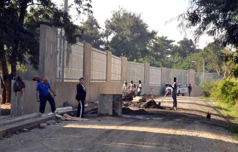 Albañiles siguen levantamiento pared Parque Central