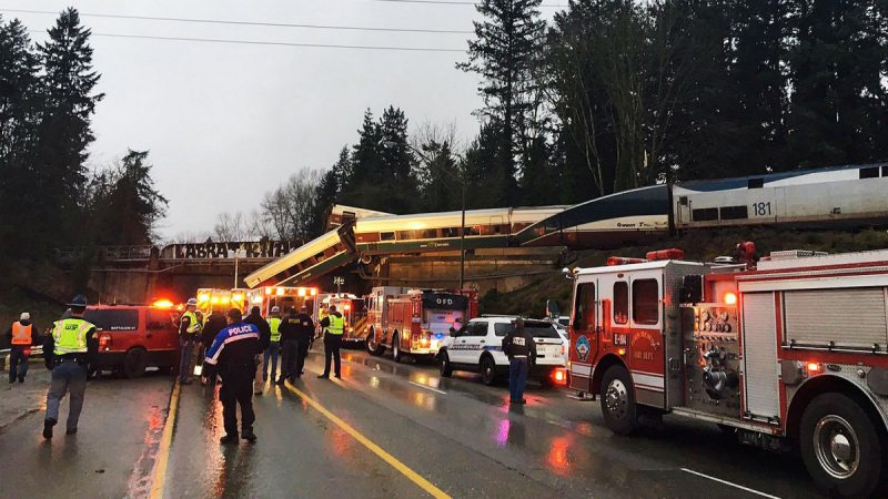 Un tren de Amtrak se descarrila al sur de Seattle