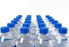 Son de África vídeos envasando agua en botellitas