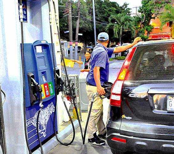 Vuelven a bajar los precios de los combustibles