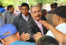 Danilo Medina lleva apoyo a productores aguacate de Tamboril