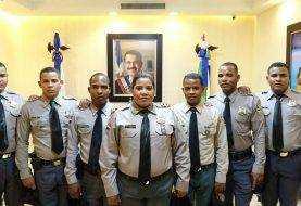 Mujer y seis hijos trabajan como policías