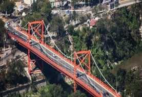 Hombre se lanza desde el puente Hermanos Patiño